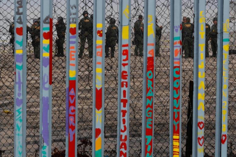 Agentes de la Patrulla Fronteriza estadounidense montan guardia en San Diego, California, 10 de diciembre de 2018. El presidente Donald Trump amenazó el martes 11 de diciembre de 2018 con encomendar a las fuerzas armadas la construcción del muro prometido