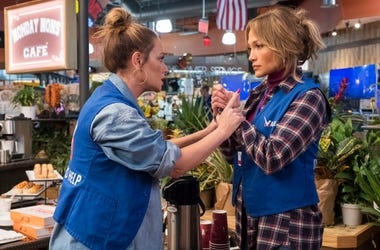 """En esta imagen difundida por STXfilms, Leah Remini, a la izquierda, y Jennifer López en una escena de """"Second Act""""."""
