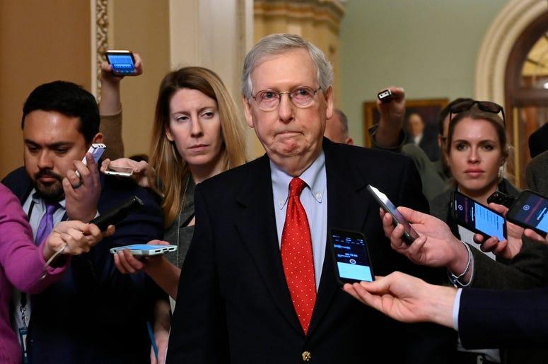 El líder de la mayoría senatorial republicana Mitch McConnell habla con freporteros al entrar al Capitolio en Washington el miércoles, 2 de enero del 2019, luego de una reunión con el presidente Donald Trump en la Casa Blanca.