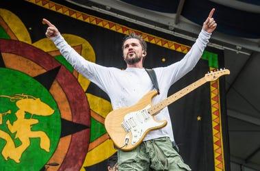 """En esta foto del 5 de mayo del 2018, Juanes actúa en el Festival de Jazz de Nueva Orleans. Juanes lanzó el viernes 11 de enero del 2019 """"La plata"""", un vallenato en el que colabora el colombiano Lalo Ebratt. Es el segundo sencillo de su próximo álbum, que"""