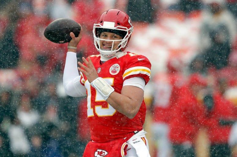 El quarterback Patrick Mahomes (15), de los Chiefs de Kansas City, se prepara para el duelo divisional de los playoffs de la NFL ante los Colts de Indianápolis, en Kansas City, Missouri, el sábado 12 de enero de 2019.