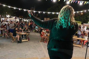 En esta foto del 12 de enero de 2019, la cantante venezolana Reymar Perdomo actúa en una feria en la playa en San Bartolo, Perú.