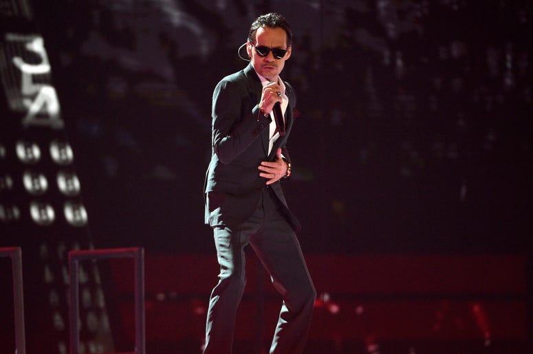 """En esta foto del 15 de noviembre del 2018, Marc Anthony interpreta """"Está rico"""" en la ceremonia de los Latin Grammy en Las Vegas. La actual gira de Marc Anthony está entre las 20 más lucrativas a nivel mundial, según la lista de Pollstar para la semana del"""