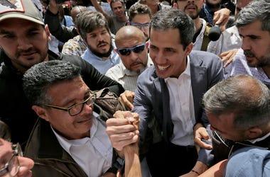 El autoproclamado presidente interino de Venezuela Juan Guaidó, saluda a sus simpatizantes después de un evento en una plaza pública del vecindario de Las Mercedes el sábado 26 de enero de 2019 en Caracas, Venezuela.