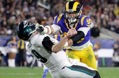 el defensive end de los Rams de Los Ángeles, Aaron Donald, golpea al quarterback de los Eagles de Filadelfia, Nick Foles, durante el partido de la NFL, en Los Ángeles.