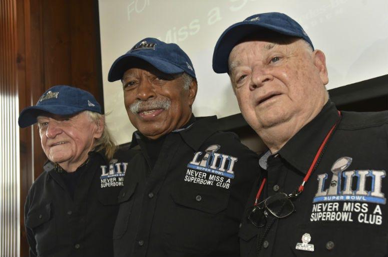 De izquierda a derecha, los fanáticos Tom Henschel, Gregory Eaton y Don Crisman posan en Atlanta el viernes 1 de febrero de 2019. Los tres han estado presentes en todos los Super Bowls.