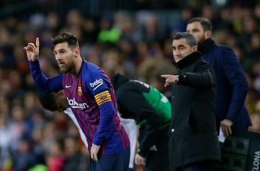El delantero argentino Lionel Messi (izquierda) gesticula junto a su entrenador Ernesto Valverde durante el partido ante el Valencia en la Liga española, el sábado 2 de febrero de 2019.