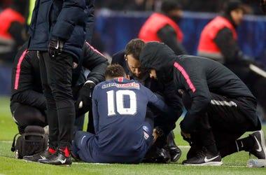 Neymar es atendido en el terreno de juego durante un partido del 23 de enero entre PSG y Estrasburgo en París. El brasileño sufrió una lesión que lo tendrá inactivo unas diez semanas y avivó el debate en torno a si Neymar se busca los golpes con un estilo