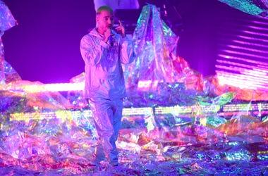 """En esta foto del 15 de noviembre del 2018, J Balvin canta en la ceremonia de los Latin Grammy en Las Vegas. Balvin, Ricky Martin y Arturo Sandoval se unirán a Camila Cabello para un """"explosivo"""" número inauguran en la gala de los Grammy el 10 de febrero."""
