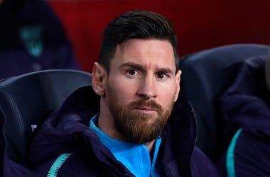 Lionel Messi desde la banca del Barcelona previo a la semifinal de la Copa del Rey ante el Real Madrid en el estadio Camp Nou en Barcelona, España, el miércoles 6 de febrero de 2019.