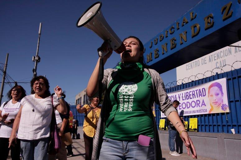 En esta foto de archivo del 13 de diciembre de 2017, una mujer protesta afuera de una corte demandando al gobierno que libere a mujeres presas hasta por 30 años por haber sufrido abortos en San Salvador, El Salvador.