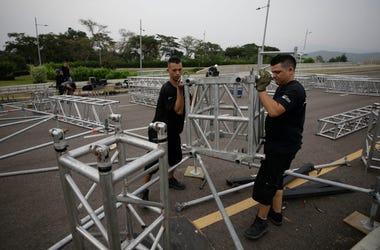"""Varios trabajadores arman el escenario el lunes 18 de febrero de 2019 para el concierto humanitario """"Venezuela Aid Live"""" en el puente internacional Las Tienditas, en las afueras de Cúcuta, Colombia, que se efectuará el viernes en la frontera con Venezuela"""
