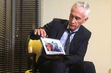 El periodista de Univision Jorge Ramos muestra el video que afirma que su equipo grabó un día antes, en el que se ve a jóvenes venezolanos comiendo sobrantes de comida de un camión de basura en Caracas, durante una entrevista en un hotel de Caracas, Venez