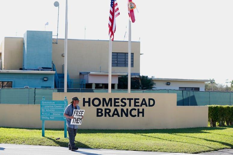 En esta imagen, tomada el 19 de febrero de 2019, Josh Rubin se manifiesta en el exterior del centro de acogimiento temporal para menores no acompañados en Homestead, Florida. Legisladores demócratas votaron el martes 26 de febrero de 2019 exigir documento