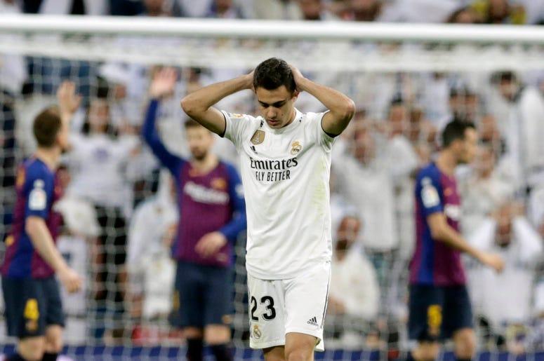 El lateral Sergio Reguilón, del Real Madrid, lamenta una jugada durante el duelo por la liga española frente al Barcelona, en el estadio Santiago Bernabéu, en Madrid, el sábado 2 de marzo de 2019.