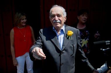 En esta foto del 6 de marzo del 2014, Gabriel García Márquez saluda a admiradores y reporteros afuera de su casa en su cumpleaños, en la Ciudad de México.
