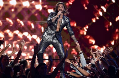 En esta foto del 20 de agosto del 2018, Maluma canta en la ceremonia de los Premios MTV a los Videos Musicales en el Radio City Music Hall en Nueva York.