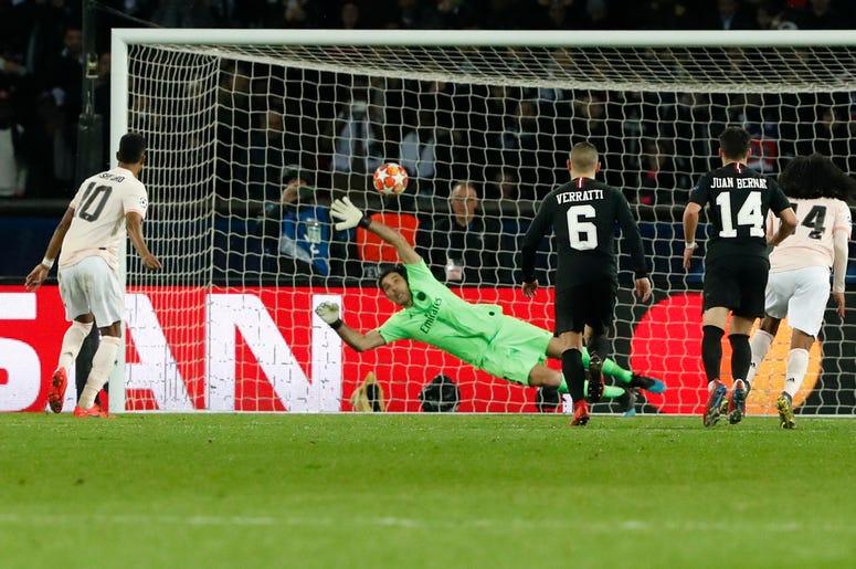 Marcus Rashford, izquierda, del Manchester United, vence al portero Gianluigi Buffon, del PSG, durante un partido de vuelta de octavos de final de la Liga Champions en París, el miércoles 6 de marzo del 2019.