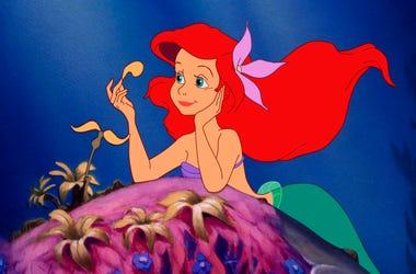 """En esta imagen difundida por Disney, Ariel, cuya voz original hace Jodi Benson, en una escena de """"La Sirenita"""". La cinta animada celebra este año su 30mo aniversario."""