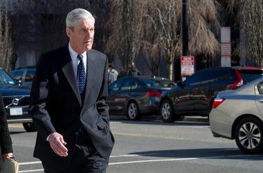 El fiscal especial Robert Mueller camina hacia su automóvil tras acudir a una ceremonia religiosa en la iglesia episcopal San Juan, frente a la Casa Blanca, en Washington, el domingo 24 de marzo de 2019.