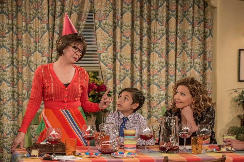 """En esta imagen difundida por Netflix, Rita Moreno, Marcel Ruiz y Justina Machado, de izquierda a derecha, en una escena de """"One Day At A Time""""."""