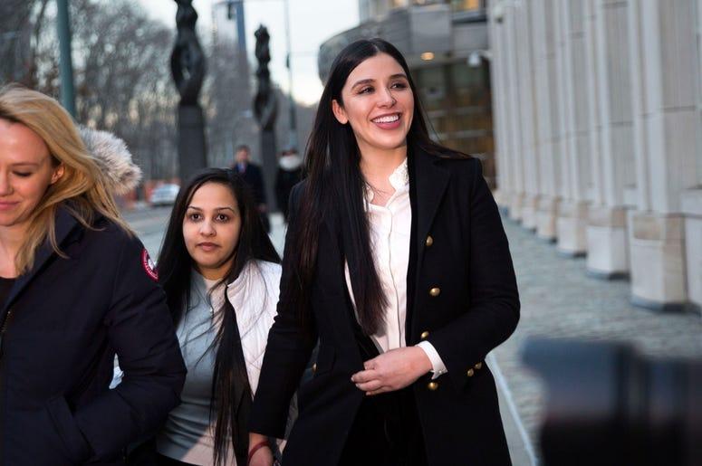 """En esta fotografía de archivo del 17 de enero de 2019, Emma Coronel Aispuro deja la corte federal de Brooklyn, en Nueva York, después de asistir al juicio de su esposo Joaquín """"El Chapo"""" Guzmán."""