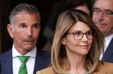 La actriz Lori Loughlin y su esposo, el diseñador de moda Mossimo Giannulli, salen de una corte en Boston el miércoles 3 de abril del 2019 tras una audiencia a la que comparecieron acusados en el escándalo de sobornos para conseguir el ingreso de sus hija