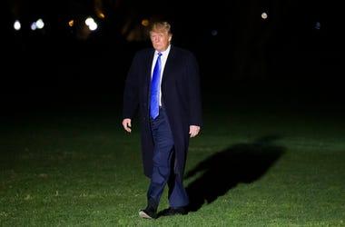 El presidente Donald Trump camina en el Jardín Sur de la Casa Blanca después de descender del helicóptero presidencial el sábado 6 de abril de 2019 en Washington.