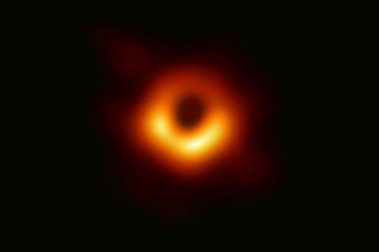La imagen difundida el miércoles 10 de abril por el telescopio Event Horizon muestra un agujero negro. Los científicos mostraron la primera imagen jamás lograda de un agujero negro al reunir datos recogidos por una red de radiotelescopios alrededir del mu