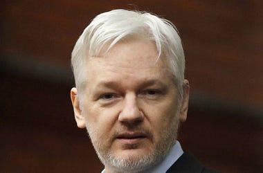 En esta imagen de archivo, tomada con el 5 de febrero de 2016, el fundador de WikiLeaks, Julian Assange, en el balcón de la embajada de Ecuador en Londres.