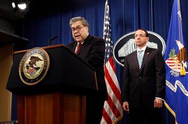 El secretario de Justicia de Estados Unidos, William Barr, habla frente al subsecretario Rod Rosenstein sobre la publicación de una versión expurgada del informe del fiscal especial Robert Mueller durante una conferencia de prensa el jueves 18 de abril de
