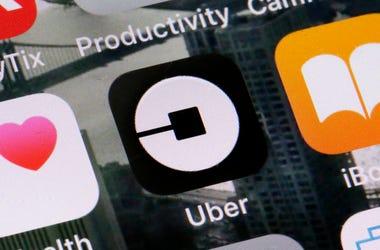 Esta foto de archivo del martes 12 de junio del 2018 muestra el logotipo de la aplicación de Uber en un celular en Nueva York.