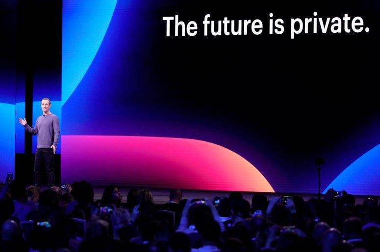 El director general de Facebook, Mark Zuckerberg, durante el discurso de inauguración de la conferencia de desarrolladores F8, el martes 30 de abril de 2019 en San José, California.