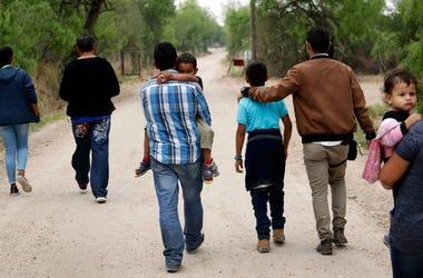 En esta fotograf a de archivo del 14 de marzo de 2019, un grupo de familias migrantes recorren un camino poco antes de ser detenidas por la Patrulla Fronteriza cerca de McAllen, Texas.
