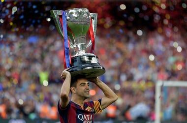 En esta foto del 23 de mayo de 2015, Xavi Hern ndez del Barcelona alza el trofeo de campe n de la Liga de Espa a.