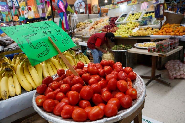 Fotografía de archivo del 2 de febrero de 2017 de tomates mexicanos a la venta en el mercado Medellín de la Ciudad de México.