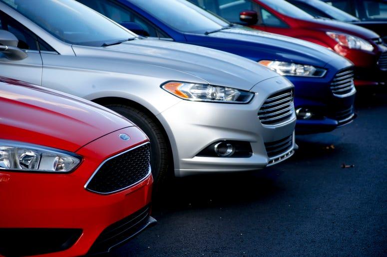 En esta foto del 19 de noviembre del 2015, se ve una fila de Ford Fusion en el concesionario Butler County Ford en Butler, Pensilvania.