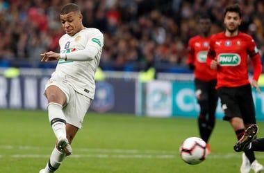 El delantero Kylian Mbapp , del Paris Saint-Germain, remata a la porter a durante la final de la Copa de Francia frente a Rennes, en el Stade de France, en Saint-Denis, en las afueras de Paris, el sabado 27 de abril de 2019.