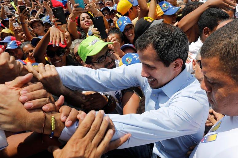 El líder opositor venezolano Juan Guaidó saluda a simpatizantes en un mitin en Guatire, Venezuela, el sábado 18 de marzo de 2019.