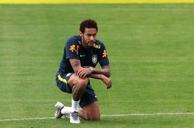Neymar se arrodilla durante una práctica de la selección brasileña en Teres polis, el sábado 25 de mayo de 2019
