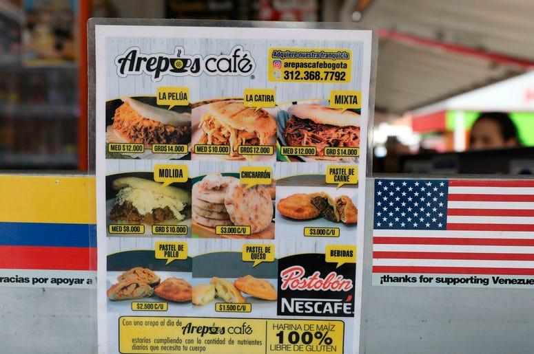 """Esta imagen del 11 de junio de 2019 muestra el men en el restaurante """"Arepas Cafe"""" en Bogot , Colombia, el martes 11 de junio de 2019. Su propietario, Gerson Brice o se enorgullece de ver colombianos que se convierten en clientes habituales y piden cl sic"""