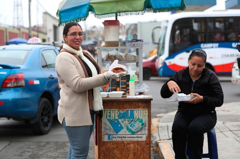 En esta imagen del 12 de junio de 2019, la vendedora de arepas venezolana Yuleiny Mendoza posa para una foto en su puesto de arepas en una esquina de Lima, Per .