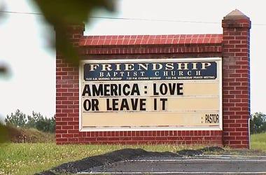 """La Iglesia Bautista de la Amistad de Appomattox, Virginia, recibe a sus feligreses con el cartel: """"Estados Unidos: Quiérelo o Véte"""". La expresión sigue la línea que baja Donald Trump con sus comentarios sobre cuatro legisladoras demócratas a las que les d"""