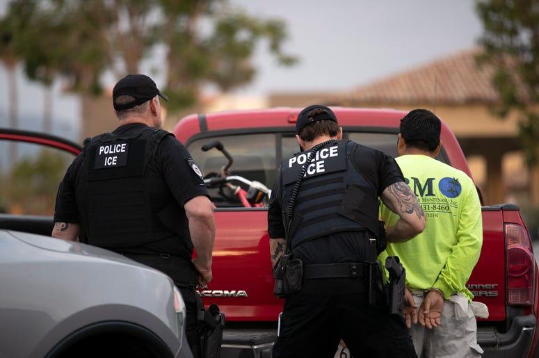 Agentes de la policía del servicio de inmigración (ICE) detienen a un individuo en Escondido, California. el 8 de julio del 2019.
