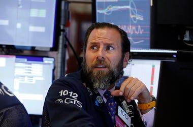 El especialista Michael Pistillo trabaja en su lugar en la Bolsa de Valores de Nueva York, el miércoles 14 de agosto de 2019.