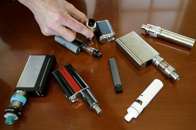 En esta fotografía del martes 10 de abril de 2018, Robert Keuther, director de la Secundaria Marshfield, muestra dispositivos para vapear confiscados a los alumnos, en Marshfield, Massachusetts.
