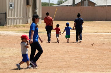 Inmigrantes que solicitaron asilo en Estados Unidos caminan en el centro de detención Centro Residencial para Familias South Texas, el viernes 23 de agosto de 2019, en Dilley, Texas.