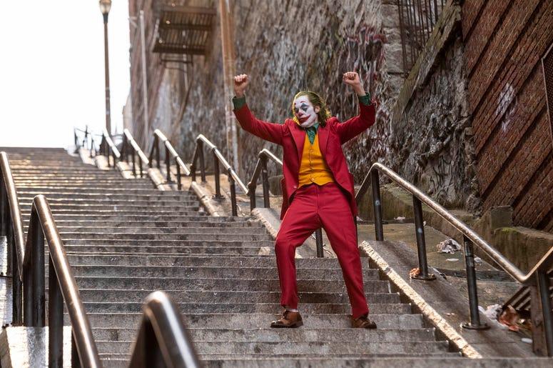 """En esta imagen proporcionada por Warner Bros. Pictures Joaquin Phoenix en una escena de """"Joker"""" (""""Guasón"""") que se estrenará el 4 de octubre."""