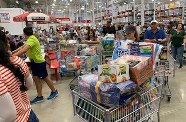 Compradores esperan en largas filas en un establecimiento de Costco, el 29 de agosto de 2019, en Davie, Florida, mientras hacen acopio de provisiones antes de la llegada del huracán Dorian.