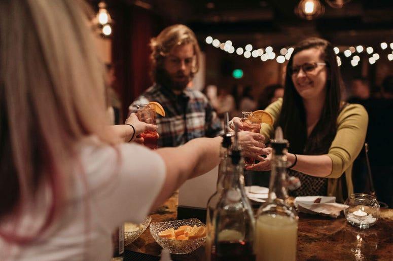 Fotografía del 17 de enero de 2019 de un barman sirviendo a comensales el coctel sin alcohol Rae of Sunshine en el bar temporal Sans Bar en The Factory Luxe en Seattle.